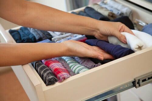 Husarbeid kan være terapautisk - Brette klær