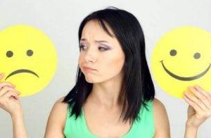 Snu negative tanker til positive - Kvinne med glade og triste følelser