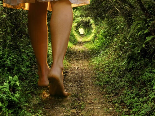 Kvinne går i skogen