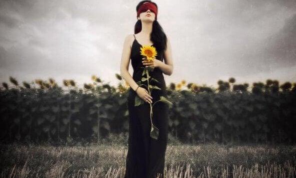 Kvinne holder en solsikke