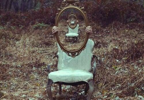 Stol og speil ute