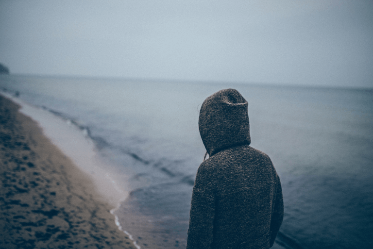 Person med depresjon ved havet