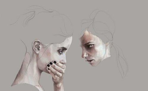 Jente dekker annen jentes munn