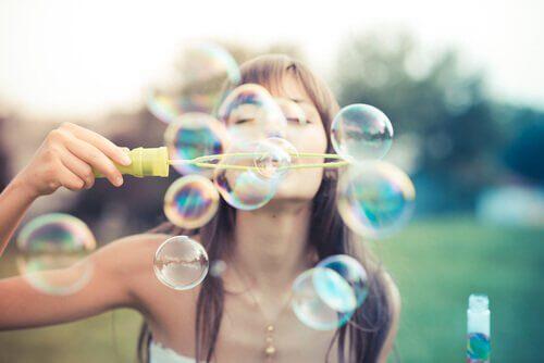 Lev for å være glad - Kvinne blåser bobler