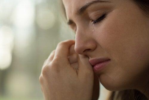 Kvinne gråter