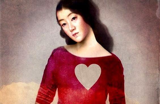 Kvinne med hjerteformet hull i brystet