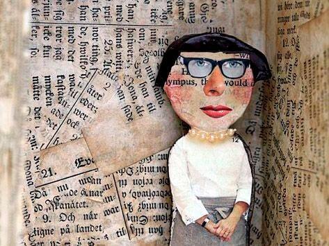 Kvinne med bakgrunn av aviser
