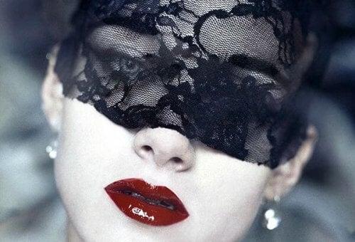Kvinne med sort maske