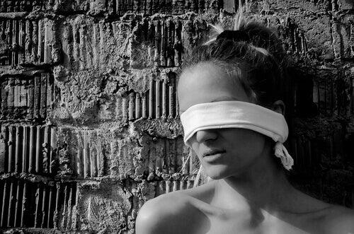 Kvinne med tildekte øyne
