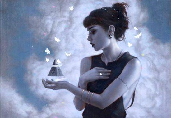 Kvinne med svevende pyramide
