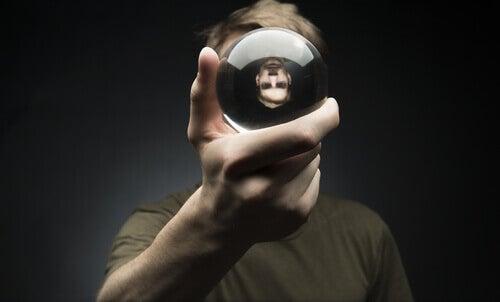 Måter ærlighet kan forbedre helsen din på - mann med krystallkule