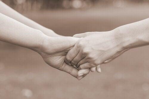 Å holde hender