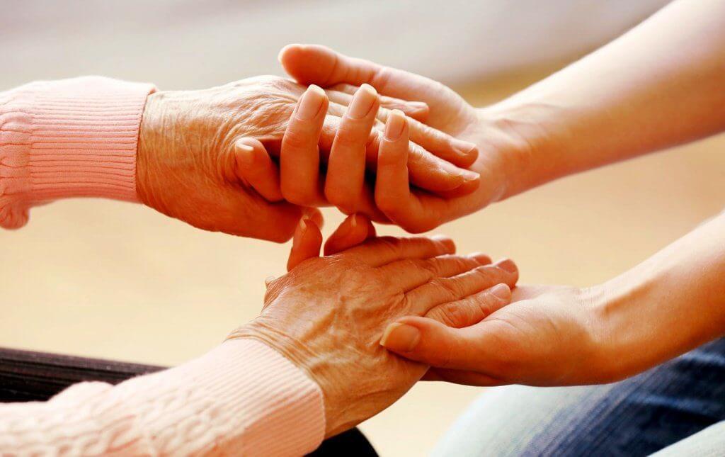 unge hender holder eldre hender