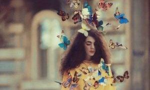 Sommerfugler og jente som prøver å se inne i deg selv