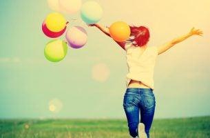 Lykkelig kvinne med ballonger