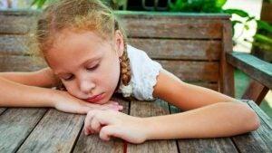Trist jente med foreldre med et giftig forhold