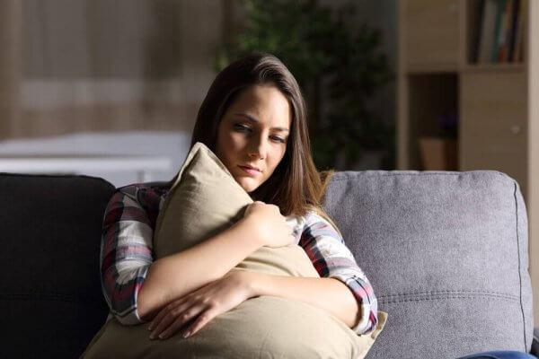Trist kvinne på sofa