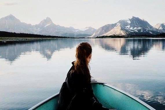 Kinne i robåt på innsjø