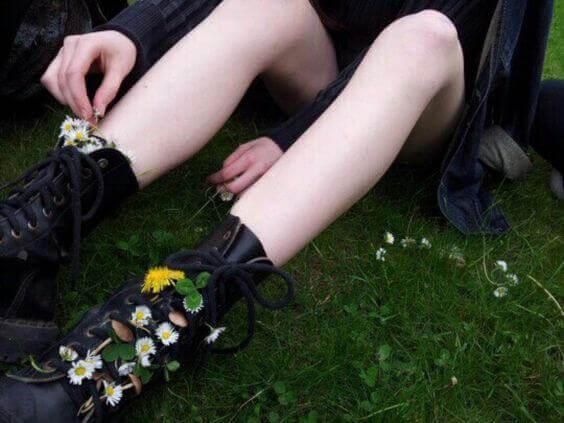 Tenåring med blomster i skoene