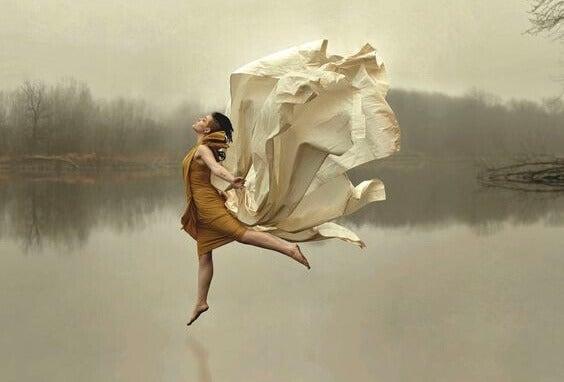Kvinne danser fritt på en innsjø