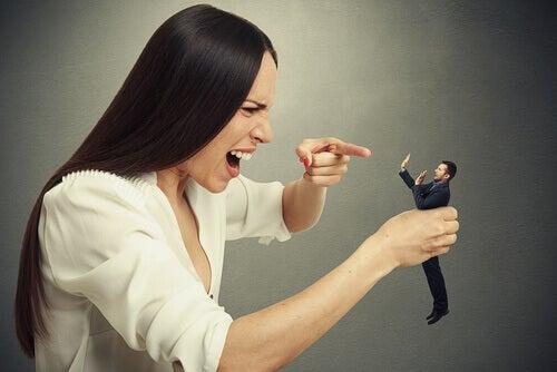 Kvinne kommer med de dårlige kommentarene til en liten mann