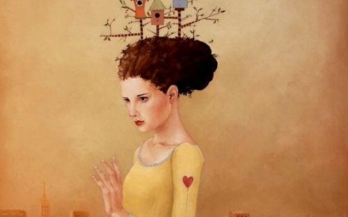 Jente med fuglehus på hodet