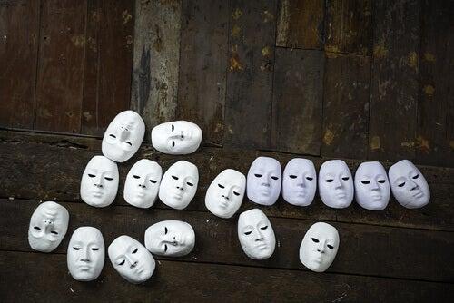 Hvite masker på gulvet