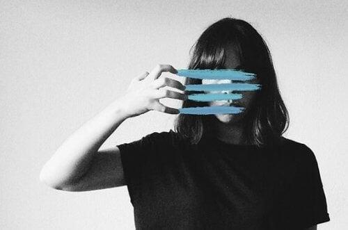 Kvinne med ansiktet dekket i blå linjer