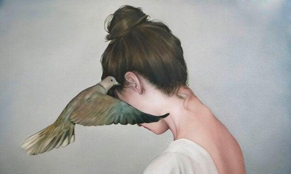 Fugl hvisker i kvinnes øre