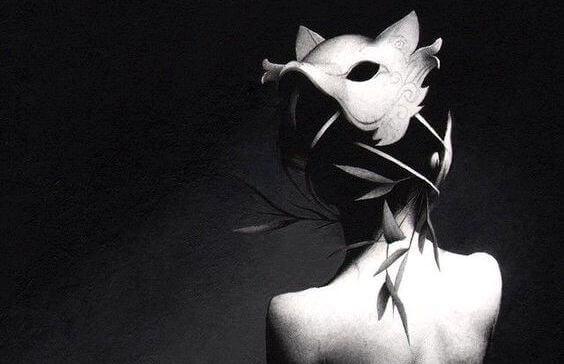 Kvinne med maske på bakhodet