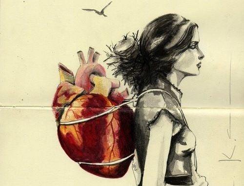 Kvinne med hjerte på ryggen