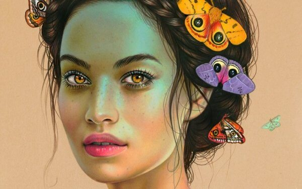 Kvinne med sommerfugler i håret