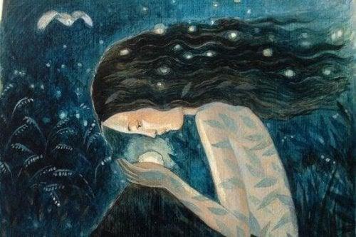 Kvinne ser på krystallkule