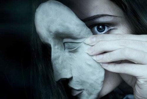 Kvinne tar av maske