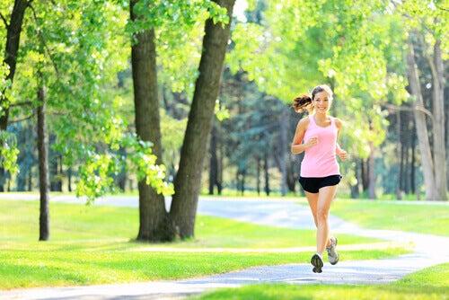 Kvinne løper for å gå ned i vekt