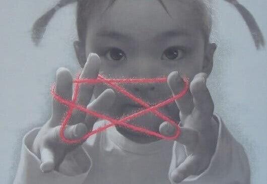 Barn leker med rød tråd