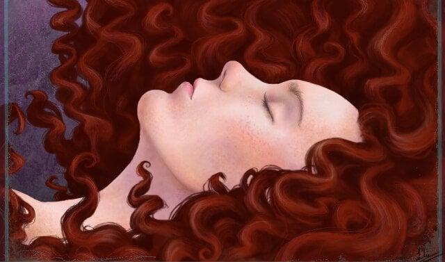 Sovende kvinne med langt, krøllete hår