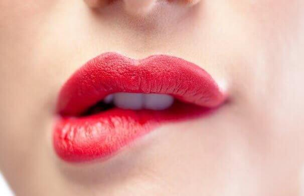 Å bite leppen er et uttrykk som fremmer mistillit