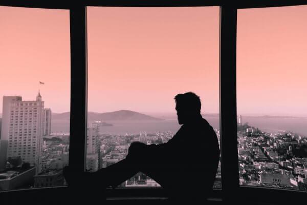 En mann i ensomhet savner noen