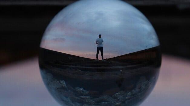 En mann står alene