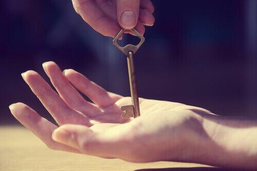 Hånd med nøkkel