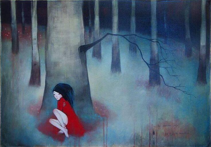 Redd jente med rød kjole gjemmer seg for giftige miljøer