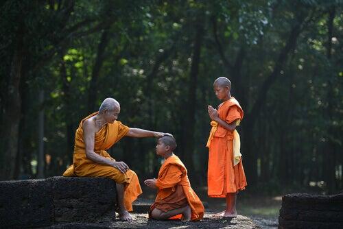 Unge gutter med sin Buddhistiske lærer