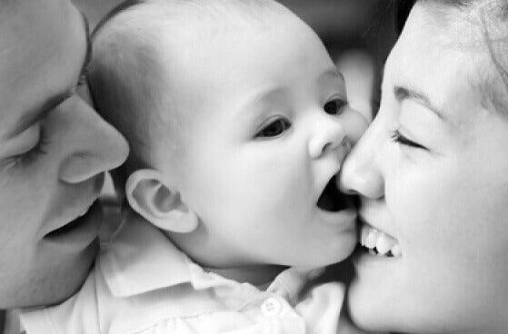 Baby og foreldre skaper emosjonelle koblinger