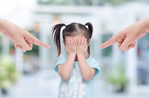Giftige foreldre kjefter på barn