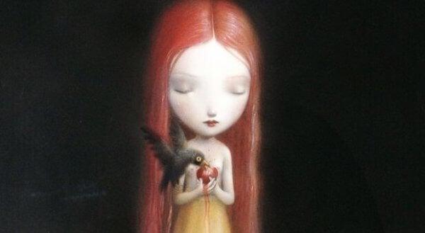 Trist jente holder eple som spises av en fugl