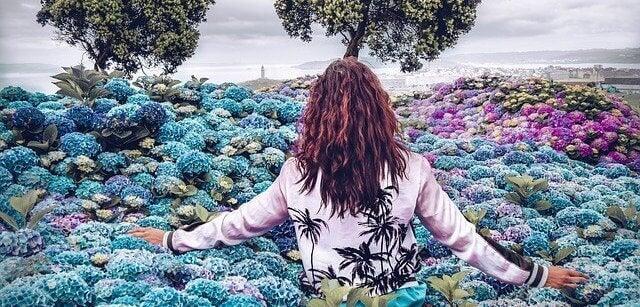 En kvinne i fargerike blomster