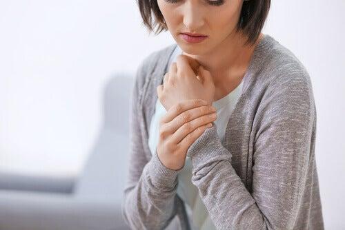 Kvinne med smerter i håndleddet