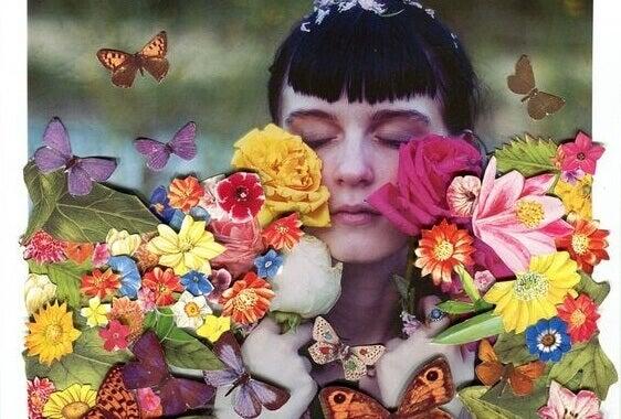 Kvinne med blomster og sommerfugler