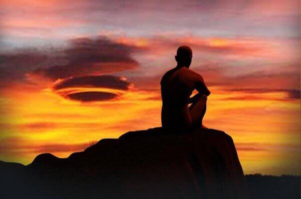 Mann starter dagen med meditasjon
